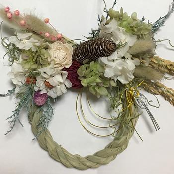 もちろんしめ縄にお花をつければ、簡単に素敵な正月飾りができます。あじさいが美しい。なんだか本格的で素敵ですよね。