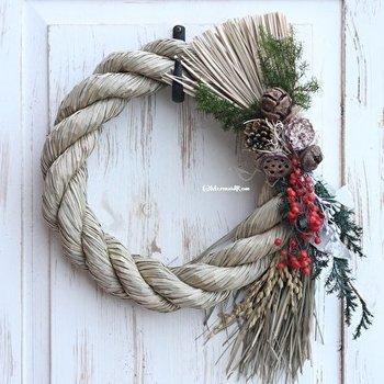 クリスマスリースで使われた松ボックリやグリーンも活かして、そこに稲穂、唐辛子は魔よけや厄除けの意味があります。