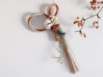 綿の実(コットン)とシダローズのブリザードフラワーを使った水引きのしめ飾り。ナチュラルさと落ち着いた雰囲気は新年を迎えるのにぴったり!