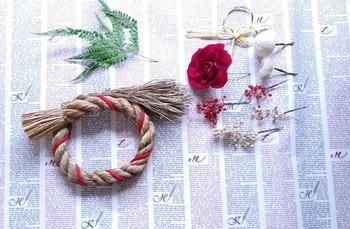 ヤマワラビ、マム、バラ、小菊、ペッパーベリーのブリザードフラワーに土台になるしめ縄がついて簡単に作れるキットです。