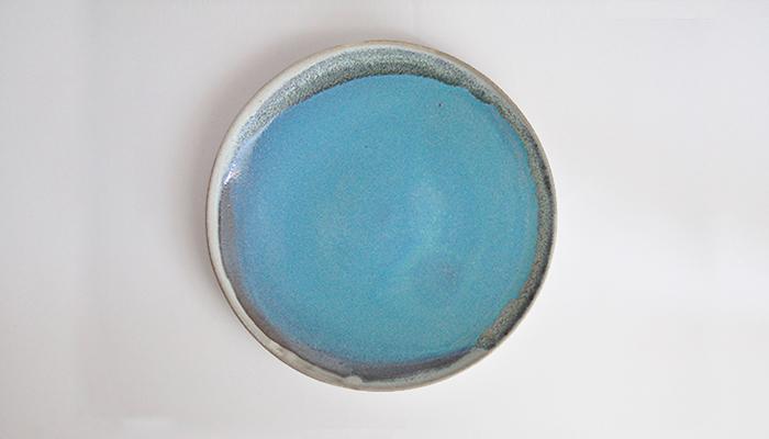 石垣島で焼かれている、青く澄んだ海を連想させる様なブルーが美しい一皿です。朝はトーストとサラダや目玉焼きをワンプレートにまとめたり、カラフルなフルーツを盛り付けるだけで、海辺でのリゾート気分に。