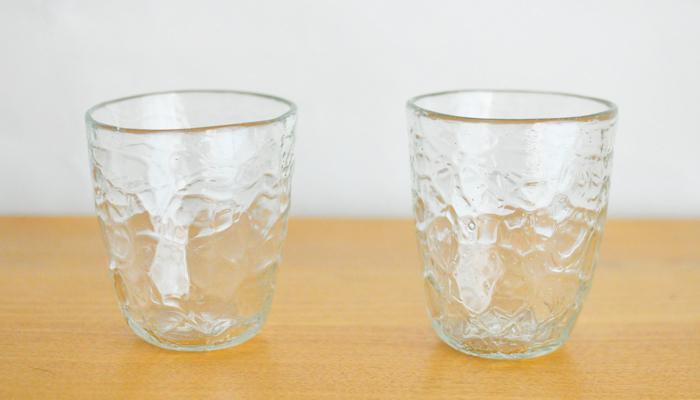 冷たい飲み物が美味しくなる季節。せっかくなら飲み物の色を楽しめるものを選んでみてはいかが。このコップは、沖縄で市販されているジュースや泡盛の瓶を再利用して作られたもの。氷をカットした様な柄を描くアイスカットという技法で作られ、まさに夏に涼を運んでくれる一品です。