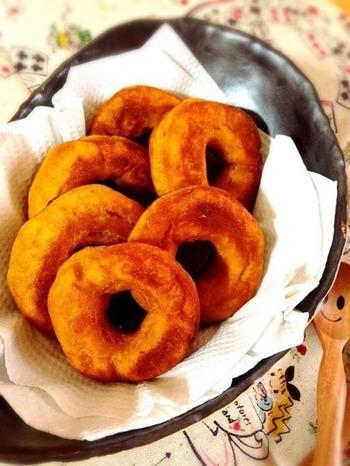 玄米粉または米粉を使って作る、外側はカリッと中はもちっとしたドーナツ。かぼちゃの甘味を活かして、砂糖不使用で作れるのも嬉しいポイント!