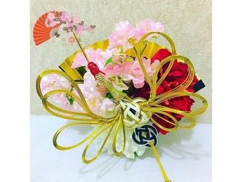 こちらは扇子と造花のお正月飾り!材料はほとんど100円均一でも揃います。縁起の良い金の水引や造花のきれいな花々を組み合わせて作ることも!