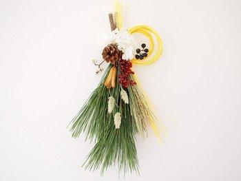 松の枝や稲と一緒にドライフラワーや水引などを束ねてスワッグを作ってみるのはいかがですか?一味ちがうお正月が迎えられそうです。