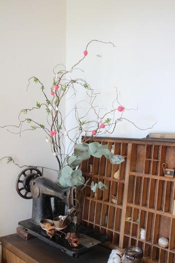 100均のフェイクグリーンと紅白の紙粘土で簡単に作れます。丸めた粘土を枝にくっつけるだけなので、どなたでも数分で素敵な飾りが出来上がります。