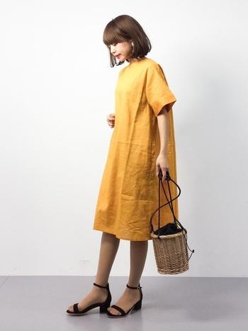こちらは巾着のようなデザインになっているかごバッグです♪写真のように、リネンの服と合わせて涼しくコーディネートすると、とっても軽やかでお洒落。浴衣にも合いそうなデザインです。