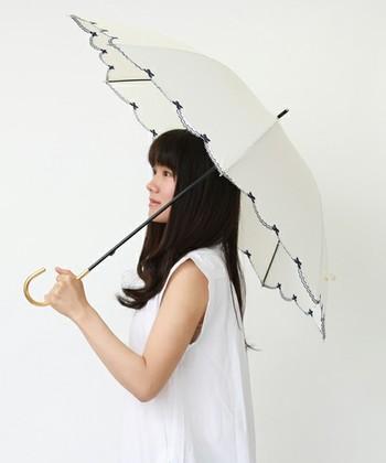 顔、頭皮、髪を紫外線からしっかり守ってくれる日傘もおすすめです。紫外線遮蔽率の高いものを選ぶようにしてください。  何本か色・デザイン違いで持っていると夏のお出かけをもっと楽しめそうです。