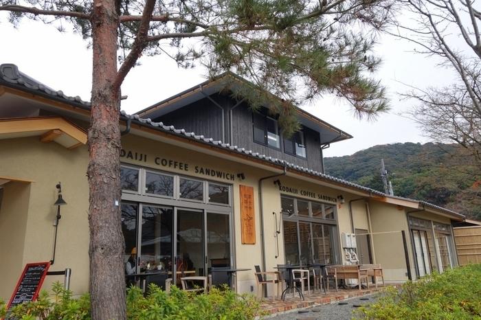 「slow jet coffee 高台寺」は、高台寺に新しく設けられた「高台寺御茶所」内にあるカフェ。