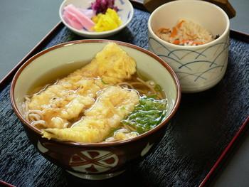 料亭風の外観と異なり、懐に優しいリーズブルな値段設定。メニューは、せいろそばや鴨なんばん等の蕎麦類の他、特性のカレーうどんや天ぷら丼など。名物は「かやくごはん」。京都らしい上品な味わいの「かやくごはん」は蕎麦とセットにして頂いてみましょう。【画像は、穴子天ぷらそばとかやくご飯のセット。】