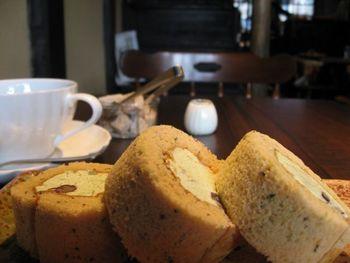 カフェのメニューは、ドリンクの他、甘味とセットになった「もなかセット」や「をちょぼパフェセット」等。 【画像は、「をちょぼロールセット」。】