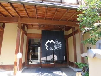 「鍵善良房(かぎぜんよしふさ)」は、言わずと知れた、江戸時代に祇園で創業した老舗の甘味処。 連日行列をなしている四条の本店とは異なり、ここ高台寺店は、店舗もゆったりして比較的空いています。