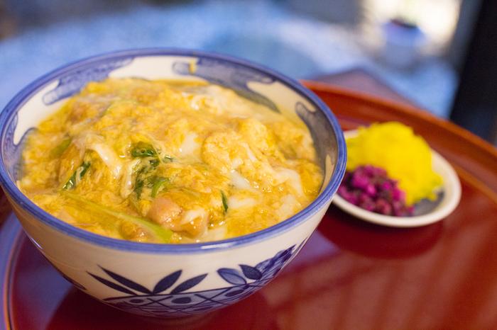 コクのある丹波地鶏。出汁のきいたトロトロふわふわの卵。九条ねぎの香りが立って、京都ならではの美味しい丼ものです。
