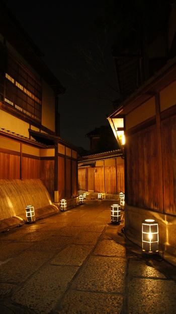 """以下のサイトでは、「京都観光パークアンドライド駐車場」が場所毎に検索できます。サイト内の""""パーク&ライドお得情報""""では、料金割引実施駐車場が一覧で掲載されています。ぜひ利用してみましょう。  【画像は、夜、ライトアップされた""""ねねの道""""】"""