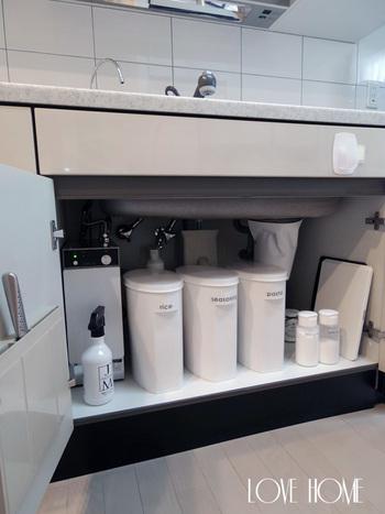 梅雨時のキッチンも湿気がこもりがちです。特にシンク下など開け閉めがあまり頻繁でない場所は、上手に整理整頓して空気の流れを作り、カビなどに気をつけておきたいですね。