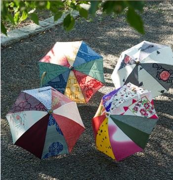 旅行に、かさ張る荷物は持っていきたくないんだけど、でも陽射しは気になるし……。だったら、世界にたった一つの日傘なんていかが?一点一点、着物をリメイクして作られた傘は、旅先でもきっとオシャレ注目度No.1です。