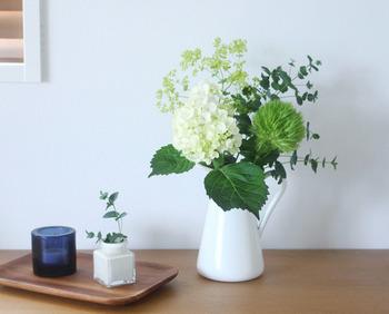 お日様がなくて暗くなりがちのお部屋には、好きなお花やグリーンを多めに取り入れてみましょう。生き生きとしたグリーンが花器からぴんと伸びている様子は、やっぱり元気をくれますよね。