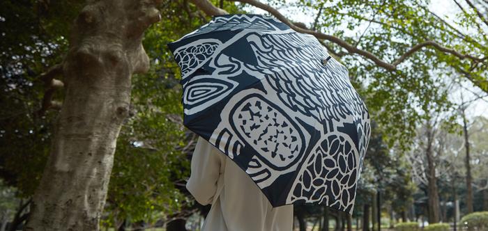 「ところにより雨予報」晴雨兼用傘なら、そんな時にも安心。シンプルな色合いの中に、大胆にデザインされたある動物がいますよ。分かりますか?