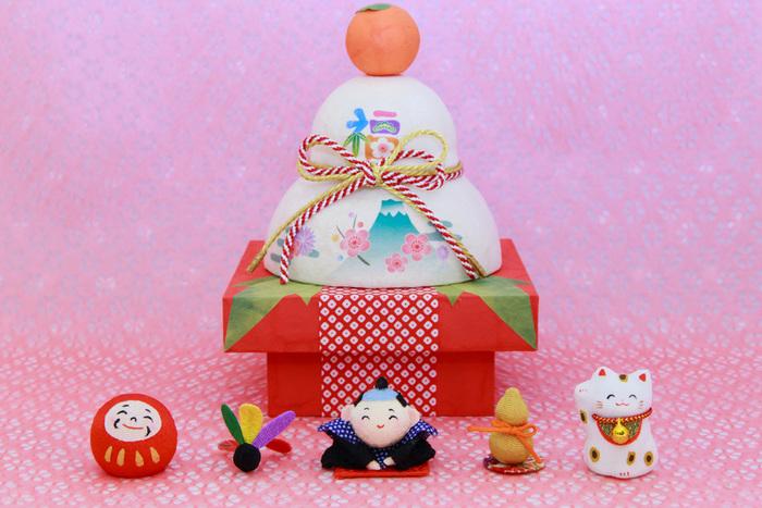 1年の家族の幸せを願って飾る鏡餅をオシャレにアレンジ!お正月飾りは一般的に26日頃から飾りはじめます。ですが、「八」が末広がりで縁起が良いため28日が最適とされることも多いようです。