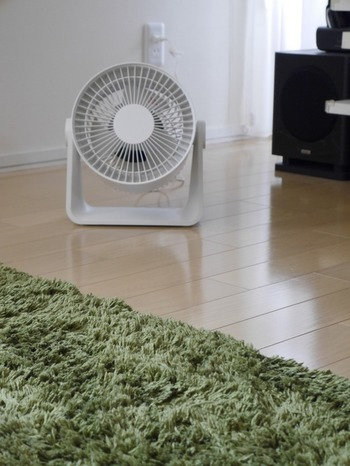 お部屋の湿気が気になるときは、窓を少し開けてサーキュレーターを回すことでも少しすっきりします。 また室内干しの洗濯物は、乾きが遅くなるほど雑菌臭が…。 できるだけ洗濯物同士の間隔をあけて干し、サーキュレーターで風を当てると洗濯物が早く乾き、嫌な臭いも軽減できます。