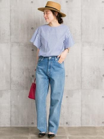 ハリのあるストライプのシャツに爽やかな色味のジーンズが夏らしいコーデ。先がとがったポインテッドのバレエシューズを合わせて、大人っぽさも忘れずに。