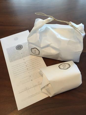 お持ち帰り用の包み紙からもシンプルで清潔感を感じます。
