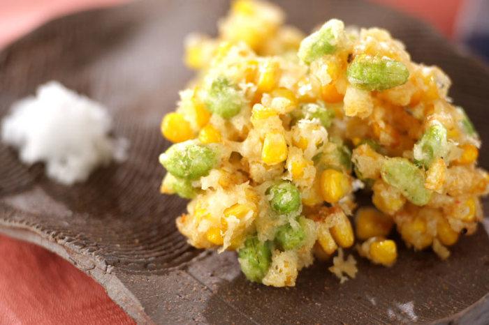 枝豆とコーンの落とし揚げ。香ばしさと旬の旨味が合わさって、夏の夜につまみたくなるメニュー!生のえだまめ&コーンから作れるフレッシュレシピです。