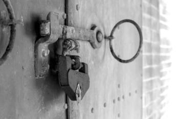 こちらは、レンガ造りの倉庫の頑丈な錠前金具。