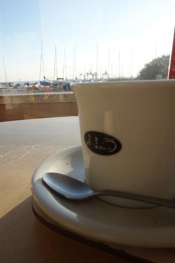 ドリンクは、ホットコーヒーとホットミルクが選べます。コーヒーはお代わりOKで、ホットミルクは三重県ブランドの大内山牛乳を使用していて美味しさ満点。