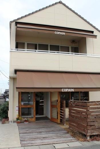 住宅街の一角にあるナチュラルな外観のお店です。2階のカフェでは、お店のパンを使ったランチや飲み物をいただくことが出来ます。