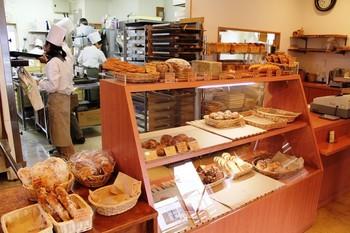 1階では、職人さんが一生懸命パンを作る様子を見ることが出来ます。おいしそうな出来立てのパンがずらりと並んで、いい香りに一気にお腹が空いてきます。