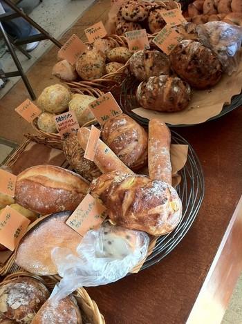 パン好きにはたまらない豊富な品揃えです。ハードパンは深い味わいで種類も豊富。それでも価格がお手頃だから、いろんなパンを味わえます。