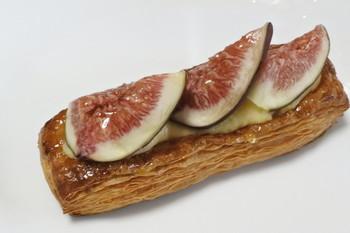 デニッシュ系のパンは、どれも具の大きさが人気。こちらはイチジクとカスタードのデニッシュ。素材の味をさらに引き立ててあって、どれも本当に美味しい♪