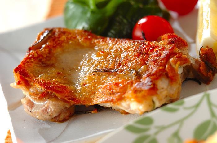 チキンをローズマリーとにんにくを入れたオリーブオイルにつけこんでオーブンで焼きあげました。フライパンで焼いても簡単にできます。