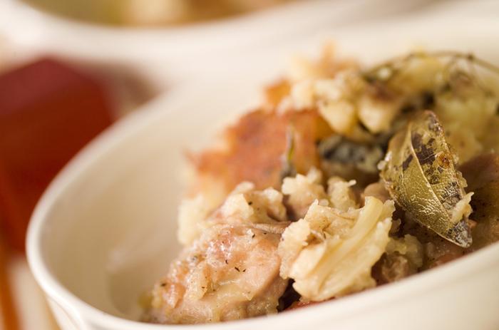 鶏肉、ジャガイモ、ニンニクをセージなどのハーブを入れて蒸し煮したお料理です。