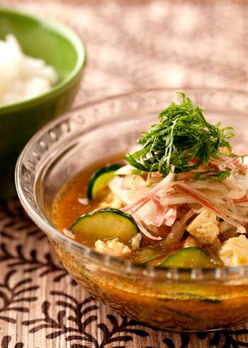 宮崎県の郷土料理をアレンジした「カレー冷や汁」。ガラスボウルを使う事で、見た目からひんやり感を味わえますね。カレースープから覗いて見える、キュウリやシソのグリーンが爽やかな印象を与えてくれます。