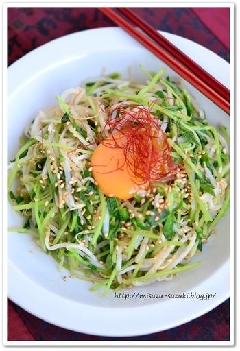 ピリ辛な味がお酒にも合う料理。白い器に盛ると食材の色が映え、生卵をのせたスタミナメニューがデリ風な仕上がりに。