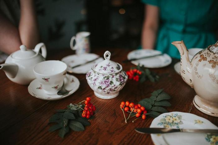 1840年ごろのイギリスで始まった「アフタヌーンティー」。夕食が遅くなることが多かった当時のイギリスだからこそ、お昼下がりにお茶とお菓子や軽食を楽しむという習慣が生まれました。