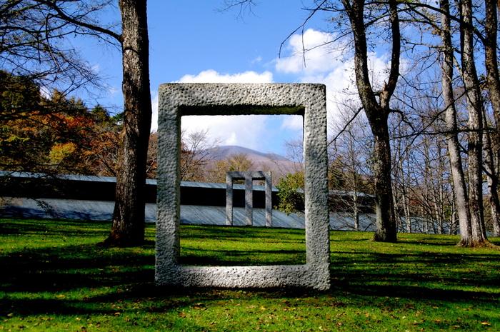 館内だけでなく、庭のオブジェも注目を集めるセゾン美術館。