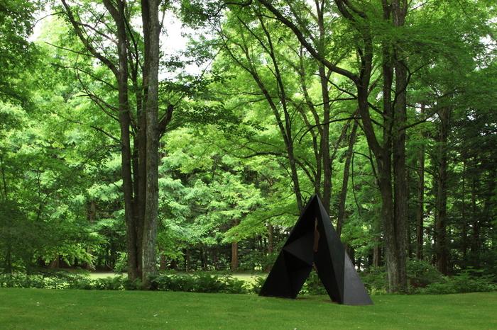 自然と調和し、さりげなく置かれたオブジェが佇んでいます。 森の中の美術館としても愛されています。