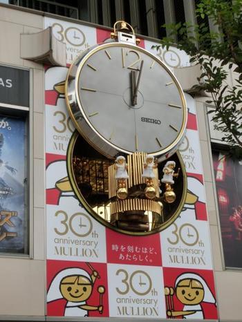"""時計台とはいえませんが、銀座での待ち合わせの大定番がこちら、""""有楽町マリオンのからくり仕掛け時計""""前! このアンティーク調の可愛らしいからくり時計は意外なことにあまり知られていません。 毎時間、盤がゆっくりと上にスライドして、おとぎの国からやってきたようなこびとの楽団が登場。約4分間音楽を奏でてくれます♪待ち合わせの少し前に行ってこの瞬間を密かに楽しむのも素敵ですね!"""