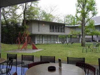 中庭に面した、ティールーム。 鑑賞の合間の休憩をも、心地よい時間を提供してくれます。