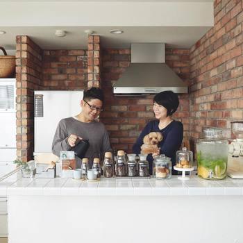 ご夫婦で活動され、様々なメディアも注目する『cafenoma(カフェノマ)』をご存知ですか? 自宅でのコーヒータイムを記録したインスタグラムが話題となり、独自の世界観で国内外10万人以上のフォロワーを魅了している人気インスタグラマーです。 日本のみならず多くの海外フォロワーからも支持されている『cafenoma』は、夫の刈込隆二さんが写真撮影を担当、スタイリングは奥様の弓庭暢香さんが担当されているそうです。