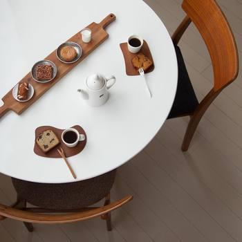 自宅でお洒落なカフェスタイルを演出できる木のアイテム。カッティングボードや木の器をプラスするだけで、食卓はもちろん、お部屋全体があたたかい雰囲気になりますよね。そんなナチュラルなアイテムたちも、cafenomaのコーヒータイムには欠かせない存在です。