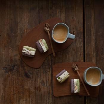 素敵なテーブルコーディネートに思わずうっとり。コーヒー&お菓子のシンプルな組み合わせですが、まるで本物のカフェのようにお洒落な雰囲気ですよね!木のプレートとカトラリーで演出する優しい空間は、いつものコーヒータイムを特別な時間にしてくれそうです♪