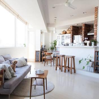 """洗練された美しさがありながらも、あたたかくて心地よい雰囲気。お部屋に配置された家具やインテリアからも、cafenomaならではのこだわりを感じます。ぬくもりのある優しい空間を実現できるのは、じつはそこに「新しさと古さ」という2つの要素がバランスよくMIXされているから。ヴィンテージ家具や雑貨を組み合わせることで、ほどよく""""抜け感""""のある心地よい空間が生まれるそうです。"""