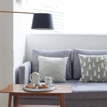 cafenomaのオシャレなインテリアは、大人っぽくて洗練された色使いも印象的ですよね。ほっとくつろげる心地よい「うちカフェ」づくりには、インテリアの配色バランスも大切なポイントのようです。白やグレーを基調とした優しい色使いは、清潔感のある大人上品な雰囲気。北欧インテリアやヴィンテージ家具とも相性抜群です!