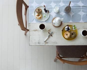 木×白のシンプルでナチュラルな色使い、ワンポイントのテーブルクロスなど。家具や器の配色バランスもさっそく真似したくなりますよね。cafenomaの何気ない日常の一コマの中には、コーヒータイムをお洒落に楽しむヒントがいっぱいです♪
