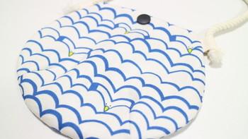 海の波に溶け込んだかもめのモチーフがキュート。ぷっくりとしたキッズ用ポーチです。