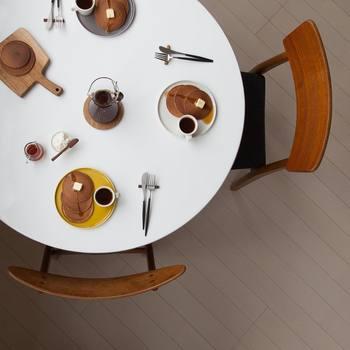 cafenomaが発信するオシャレなインスタ写真は、どれもうっとりするほど美しいものばかり。どうしたらあんなに素敵な写真が撮れるの!?と興味津々の方も多いのではないでしょうか。写真を撮影する際に意識しているのは、写りこむ色合いと余白を作るための構図だそうです。確かに写真を見てみると、空間全体の色合いに統一感があり、テーブルの上の余白部分も絶妙なバランスですね!